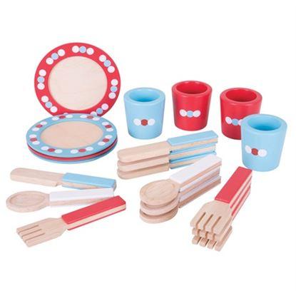 Immagine di piatti, posate e bicchieri in legno